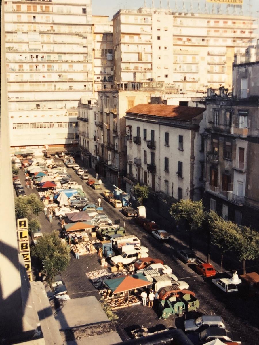 ナポリ、ホテル前の賑やかな朝市で起床
