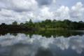アンコールワット 堀と雨季の空