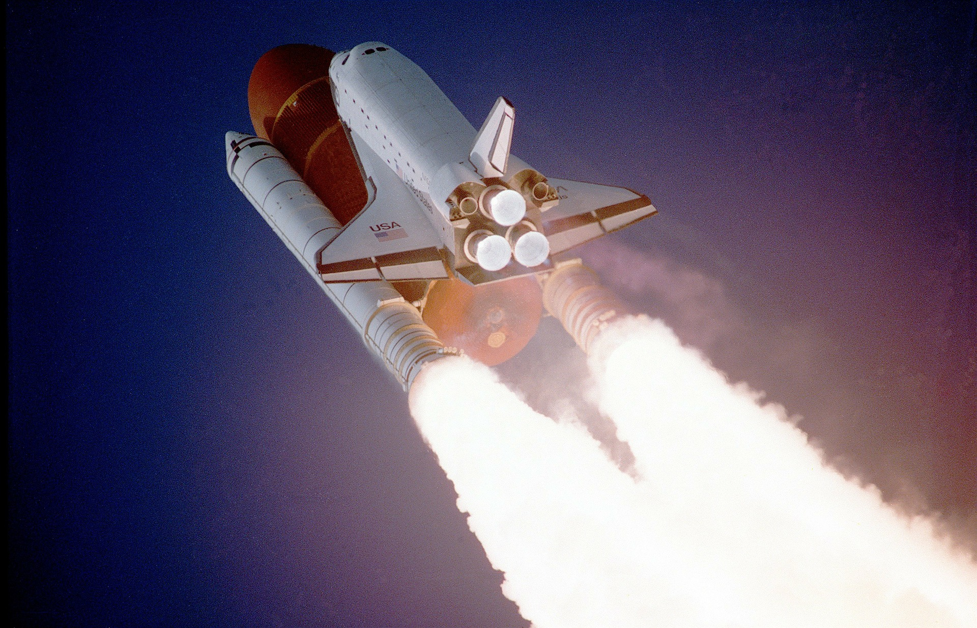 発射しているスペースシャトル