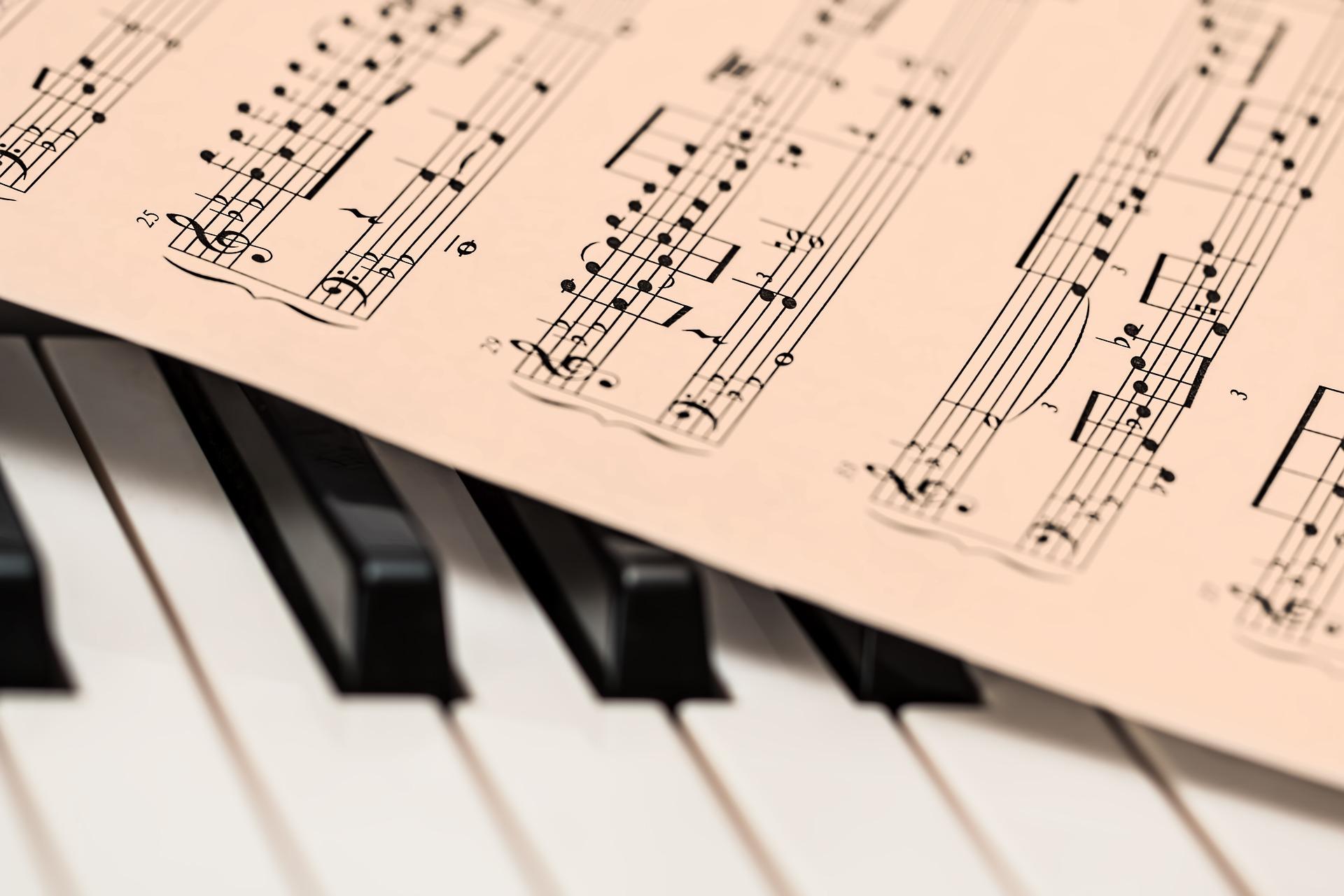 ピアノの上に楽譜が置かれている