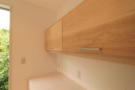閉めた状態のスイングアップ|オーダーキッチン収納施工例