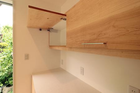 開いた状態のスイングアップ扉|オーダーキッチン収納施工例
