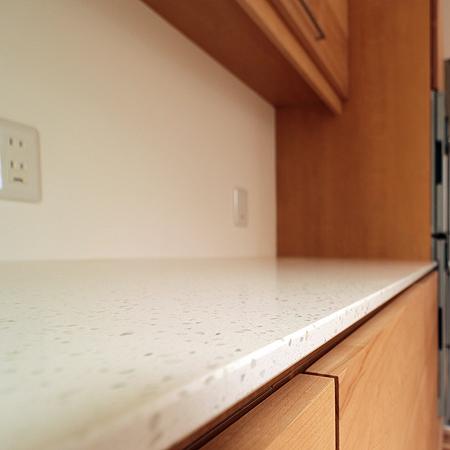 クォーツストーンの天板|オーダーキッチン収納施工例