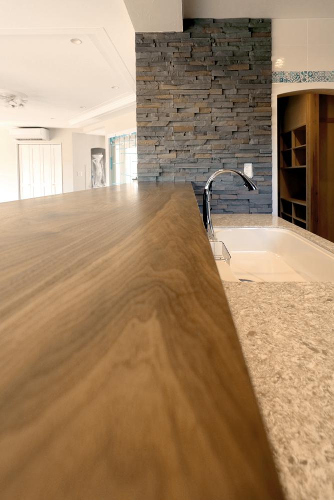 キッチン対面カウンター ウォールナット一枚板 施工例