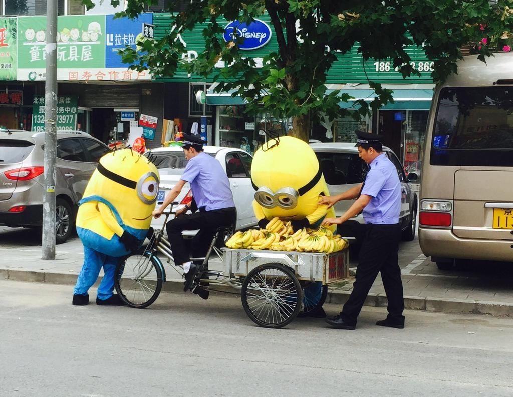 ミニオンズがバナナを売っている画像