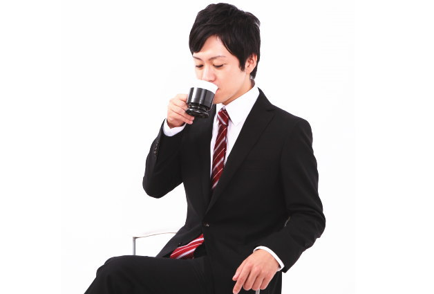 スーツにコーヒー