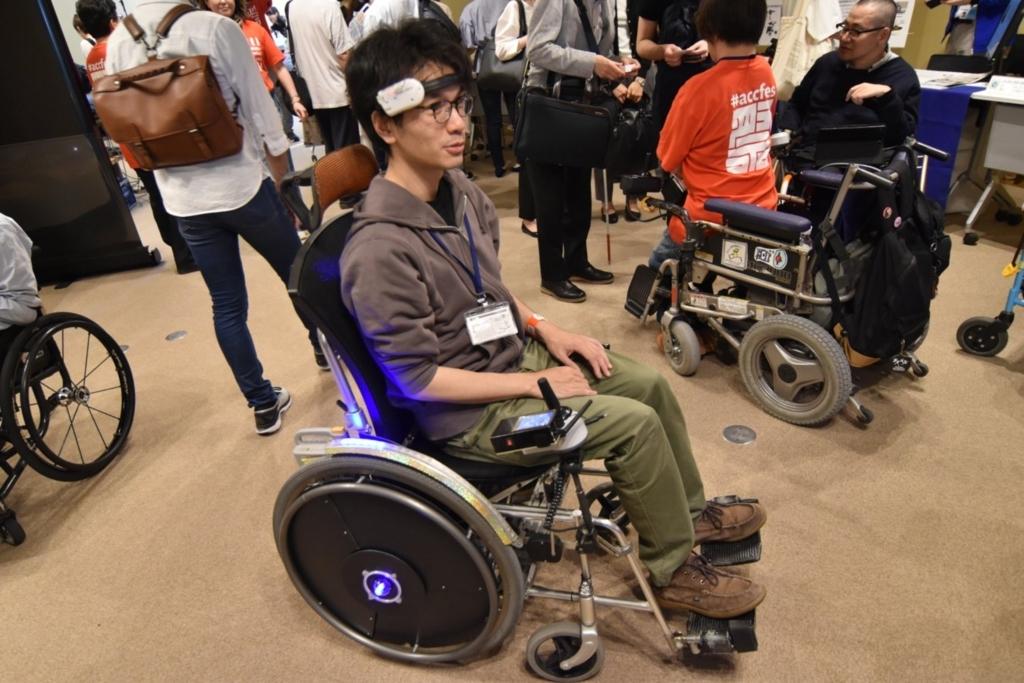 運転中の電動車椅子