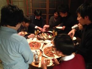 懇親会では、社会人も学生もお寿司とピザとビールに夢中。