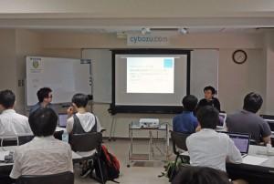 バグハン合宿のオープニングで発表する伊藤 彰嗣(Cy-SIRT事務局)の写真