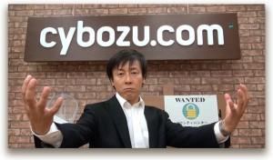 ビデオメッセージの最後に「かかってこいや~!」ポーズを決める、サイボウズ社長・青野。