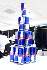 高く積まれたレッドブル(缶飲料)の写真
