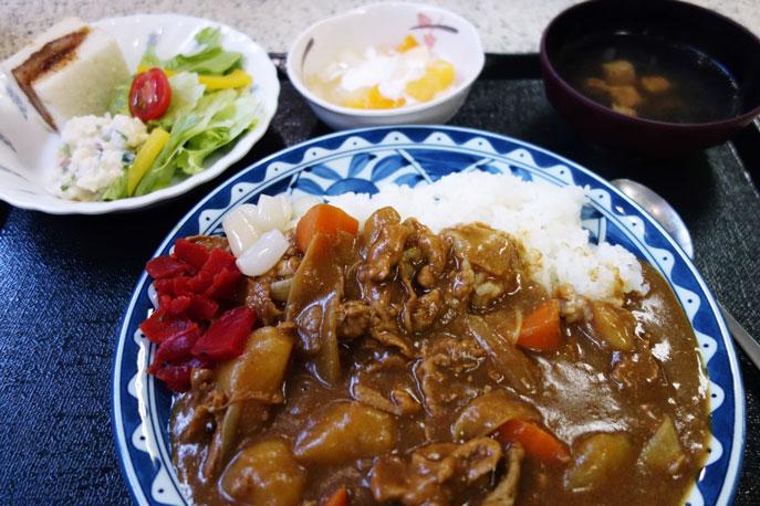 合宿2日目の昼食の写真(カレーライス、サラダ、フルーツヨーグルト、お吸い物、カツサンド)