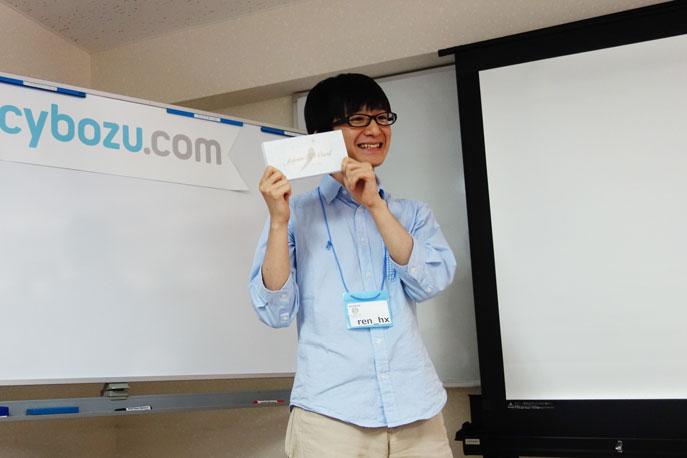 優勝賞品「叙々苑の焼き肉券3万円」を手に、喜びの表情を見せるren_hxさんの写真。