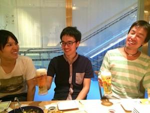 神戸大学つながりで盛り上がる社員と参加者の松井さん