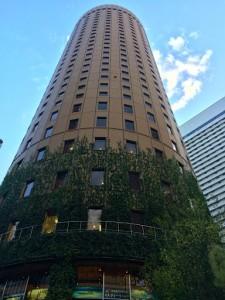 駅前にそびえ立つ、大阪第一ホテル。丸いです。