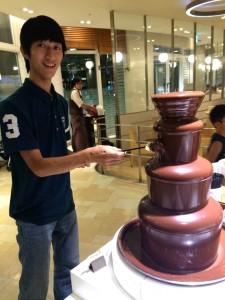 チョコレートフォンデュの前でパチリ