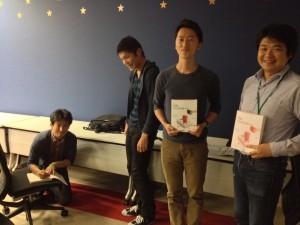 和田さんの即席サイン会に並ぶうれしそうな弊社社員