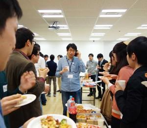現役エンジニアと間近で気軽に話しができる懇親会は、毎回、大いに盛り上がります(写真は、東京本社で開催された「サイボウズ技術説明会 for students」の様子)。