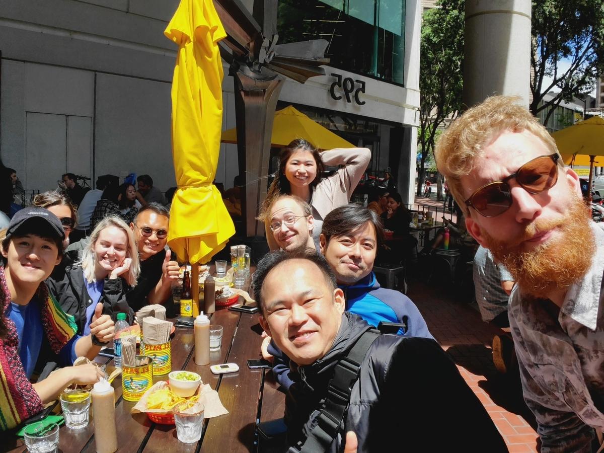 現地のメンバーとランチを食べている写真