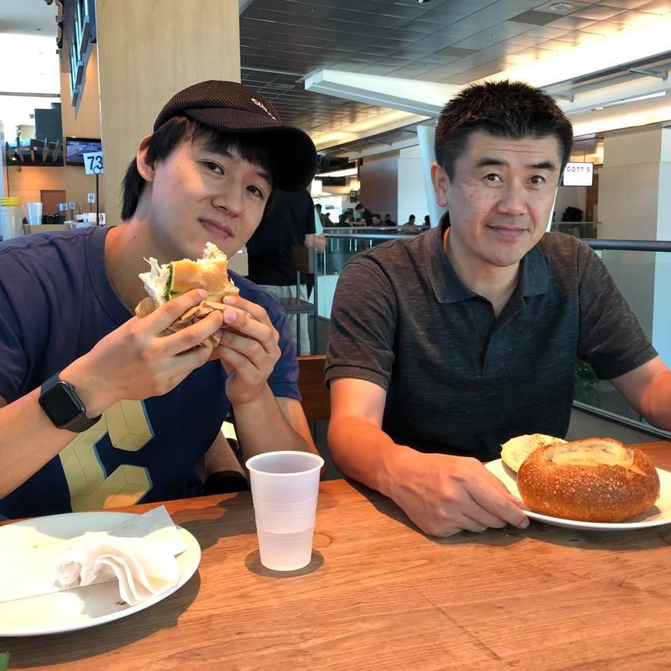 デザインチームのメンバーが空港でクラムチャウダーを食べている様子