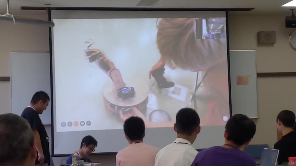 スクリーンに映されているロボットの様子