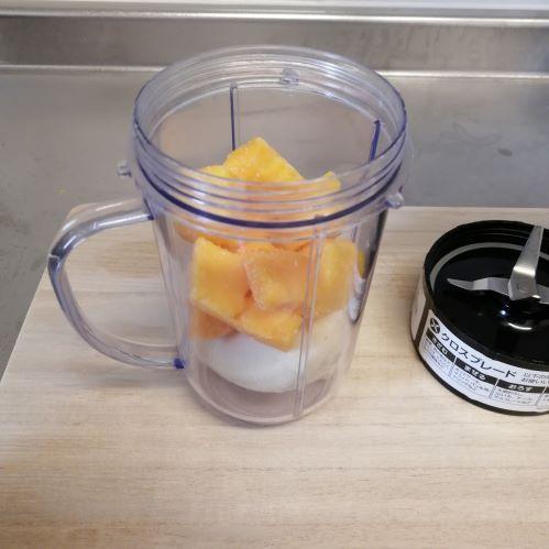 バナナとマンゴーが入ったカップ