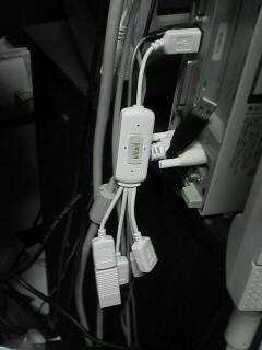 ケーブルタイプで、隣のポートを邪魔しない4ポートUSB2.0ハブ。
