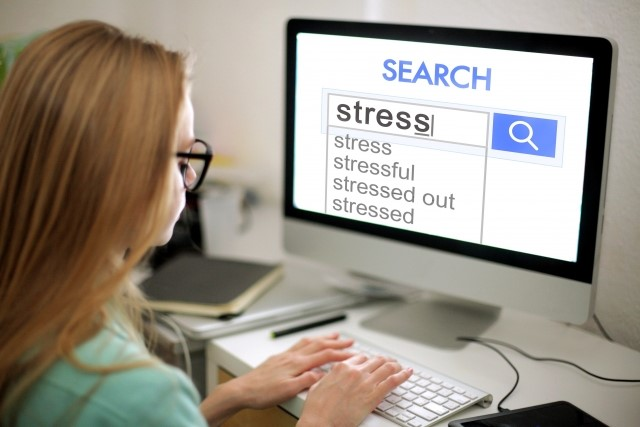 グーグル検索している女性