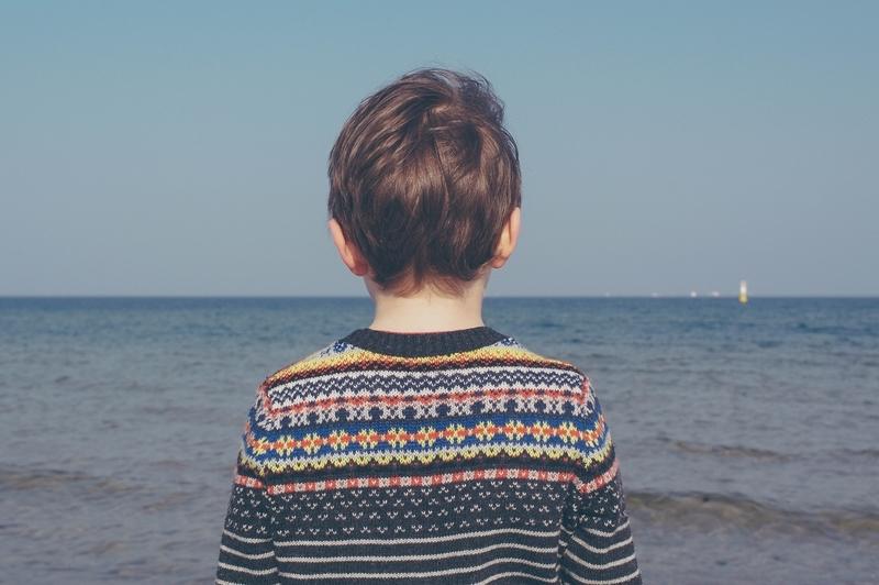 海を見る子供