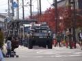 パレード待機中の自衛隊車両群之圖