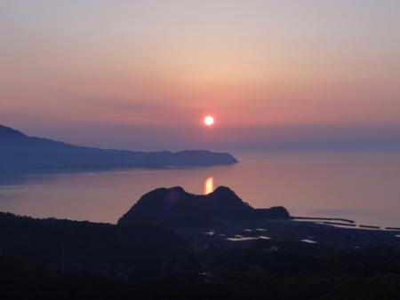 北陸自動車道杉津パーキングエリアより望む夕日之圖