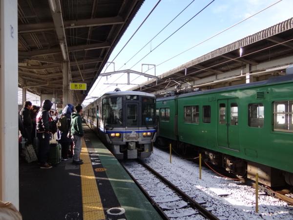 近江今津駅に入線する521系之圖
