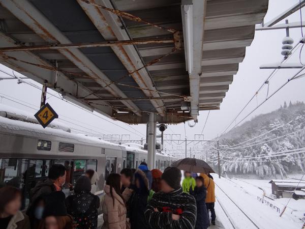JR近江塩津駅で接続の列車を待つ乗客達之圖
