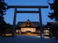 ライトアップされた靖國神社拝殿之圖