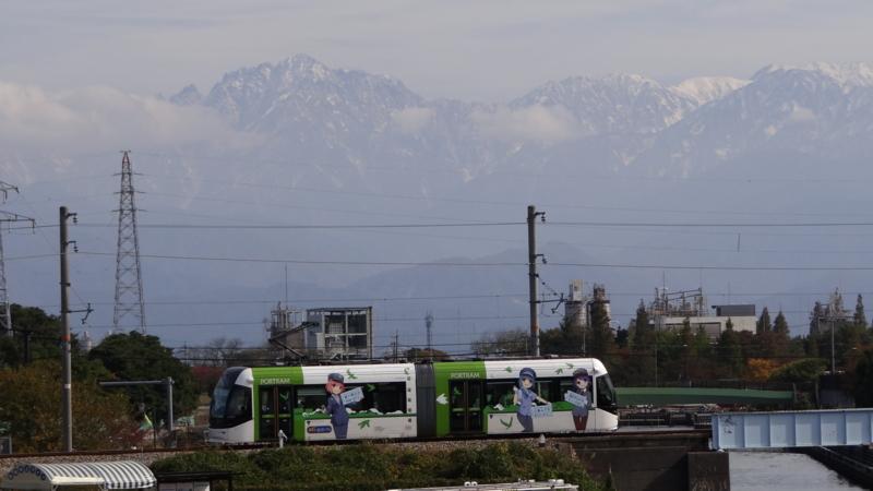 富山ライトレール鉄道むすめラッピング電車と剱岳第貮圖