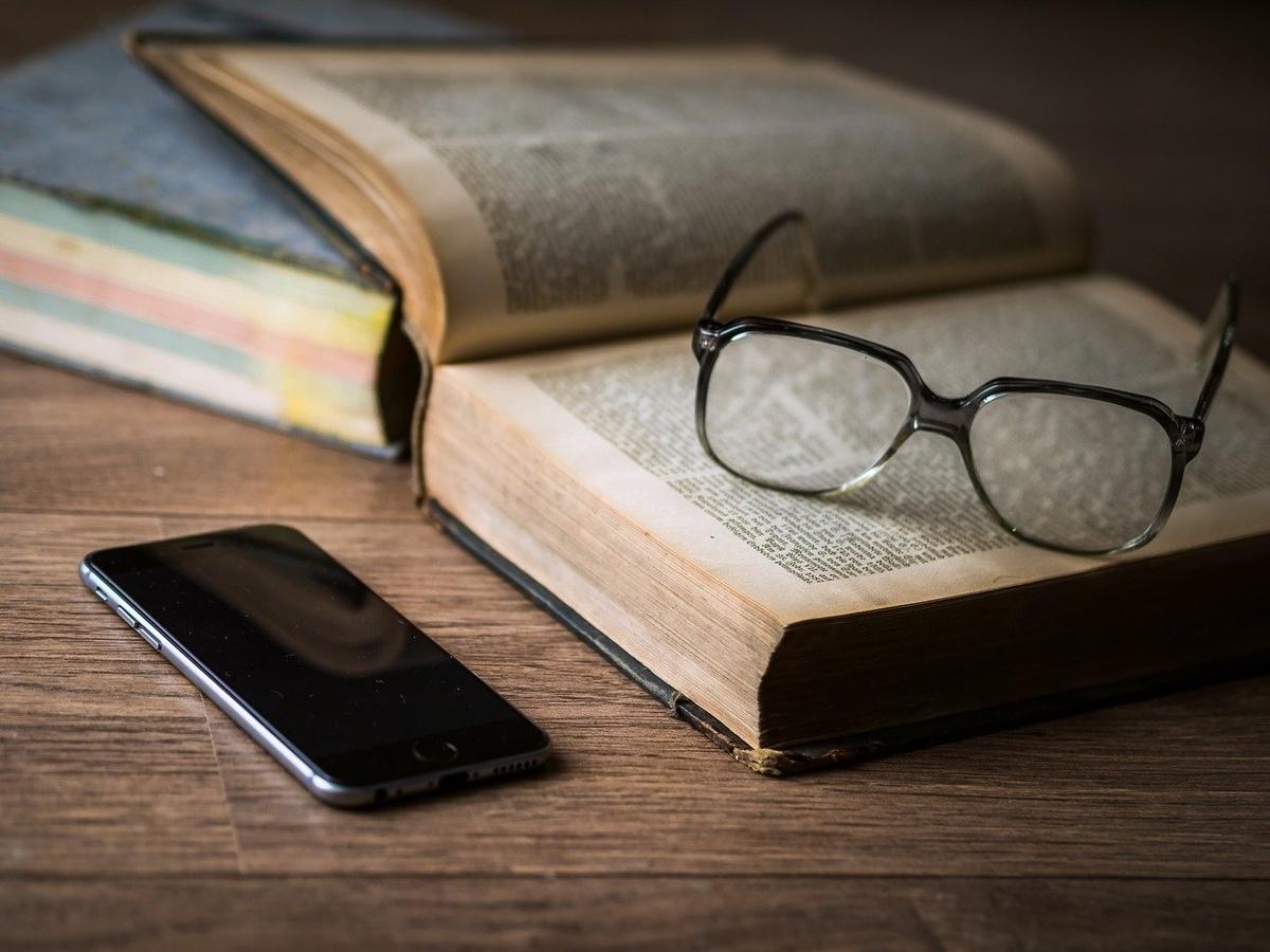 本とスマホとオシャレメガネ
