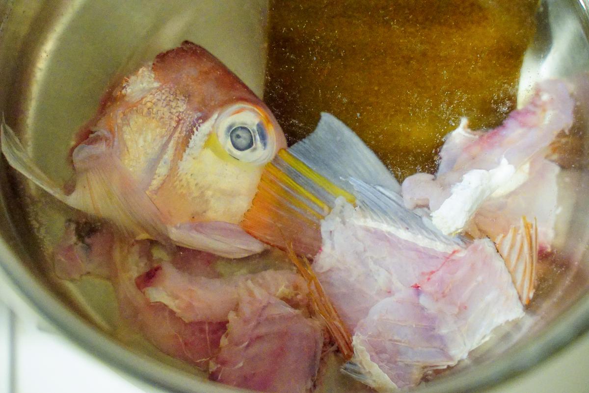 甘鯛のアラを煮る