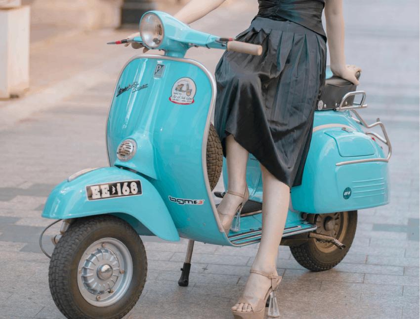 美女と原付バイク
