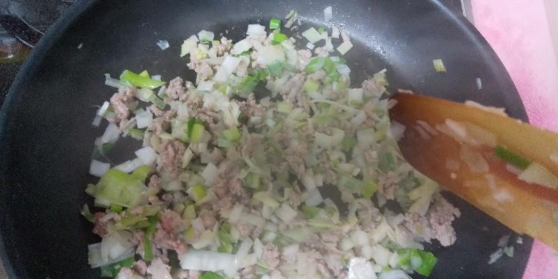 長ねぎ、挽肉、サバを炒めます