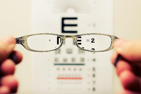 逆さまつげの手術で視力改善
