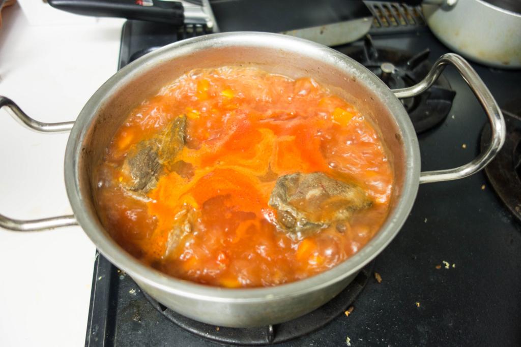 ホールトマト1缶を追加してまた煮込む