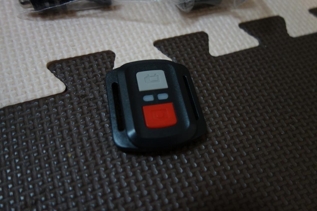 格安アクションカメラDBPOWER 4K 12MP 本体と付属品、リモコンが付いておりリモート撮影が可能