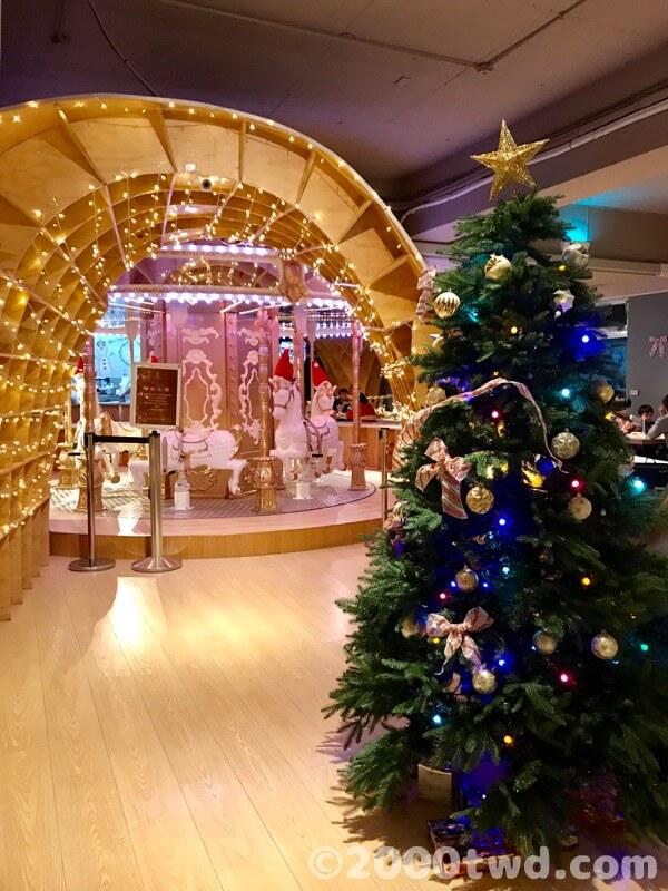 クリスマスツリーと回転木馬