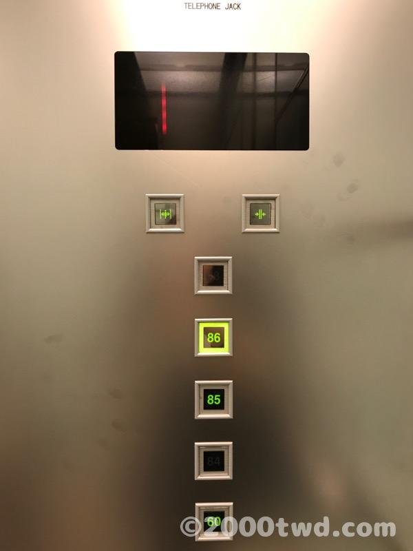 85階・86階行きのエレベーター内部