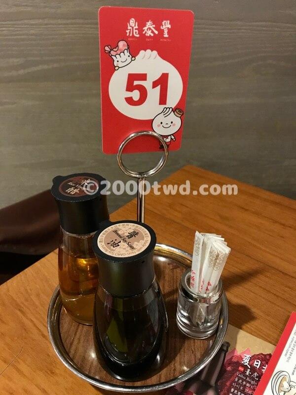 テーブルの上の調味料セット
