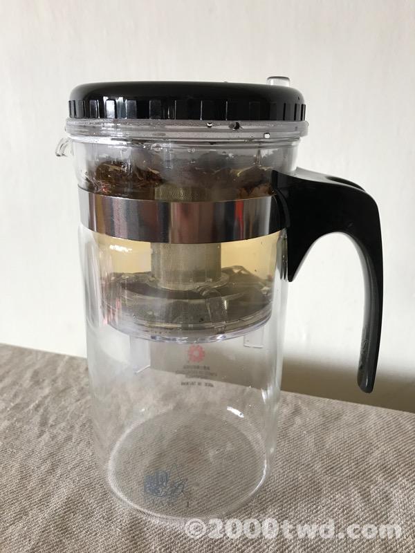 内ポットの中に茶葉を入れお湯を注ぐ