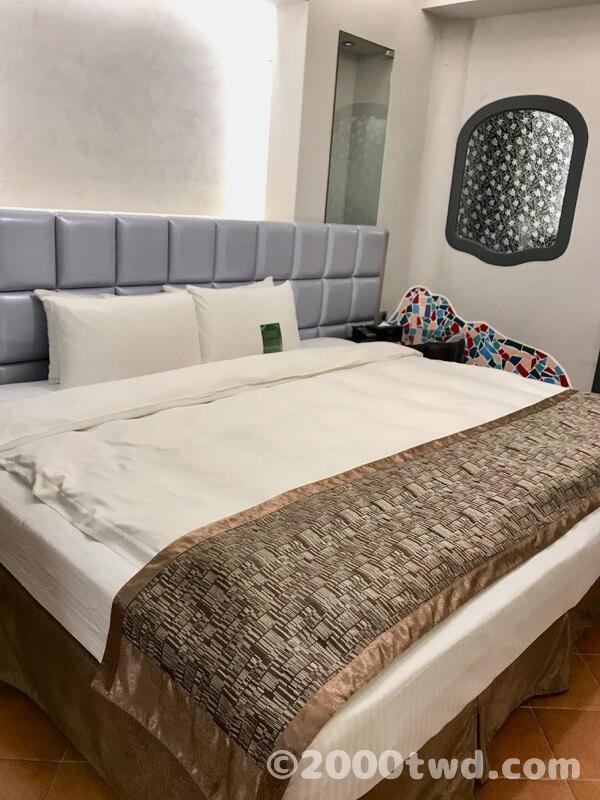 ベッドはかなりの幅広