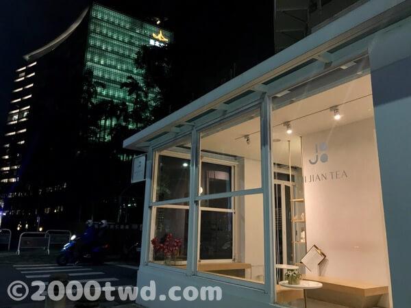 「十間茶屋松菸店」後ろに見えるのは台北文創ビル