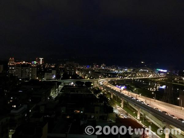 北向きの基隆河の夜景