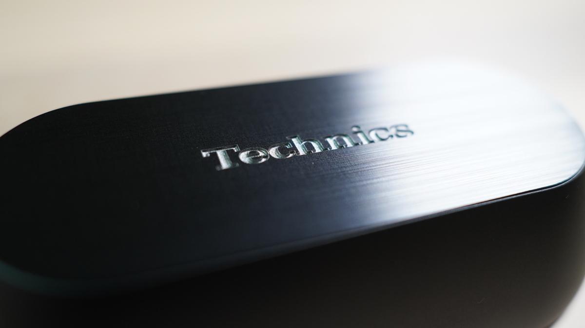 テクニクスイヤホンのケース 上部にはTechnicsの彫りがある